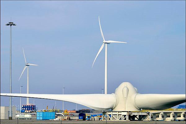 Nederland, Eemshaven, 15-4-2015Windmolens in het havengebied. Naast een windmolenpark is hier ook industrie gerelateerd aan windenergie. Assemblage op de wal.FOTO: FLIP FRANSSEN/ HOLLANDSE HOOGTE