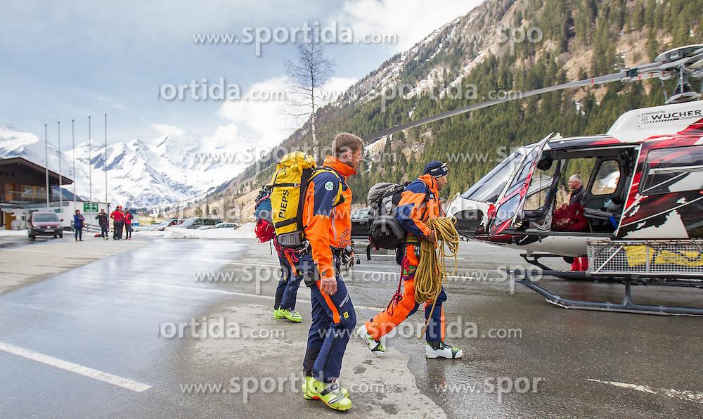 12.04.2015, Mautstelle Fusch, Fusch an der Glocknerstrasse, AUT, Alpinunfall, Skitourengeher in Gletscherspalte am Wiesbachhorn. Die Bergung der am Samstag in eine Gletscherspalte abgestürzten Skitourengeher auf dem Großen Wiesbachhorn bei Fusch (Pinzgau) ist Sonntagfrüh gelungen. Retter nutzten eine Wetterbesserung, flogen zur Unfallstelle und brachten die Verunglückten ins Tal. Hier im Bild Bergretter beim besteigen des Hubschraubers der Firma Wucher. EXPA Pictures © 2015, PhotoCredit: EXPA/ JFK