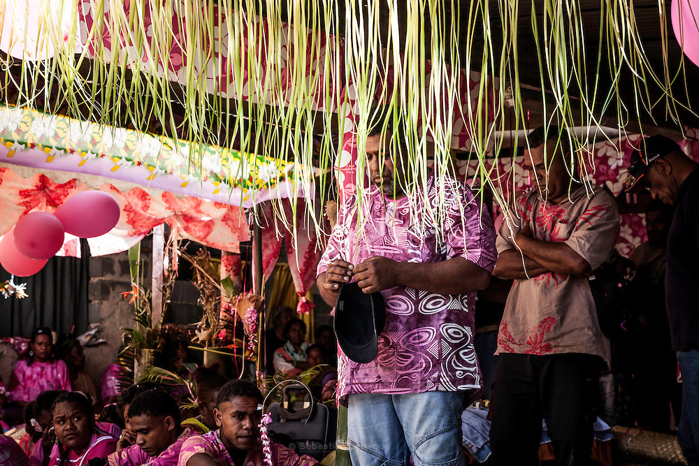 Le clan de a femme écoutant la Parole du clan de l'Homme.  - Mariage Kanak  - Tribu de Méhoué, Canala – Nouvelle Calédonie – Septembre 2013