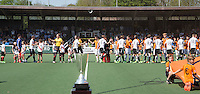 AMSTELVEEN -  Shake hands.     Beslissende finalewedstrijd om het Nederlands kampioenschap hockey tussen de mannen van Amsterdam en Oranje Zwart (2-3). COPYRIGHT KOEN SUYK