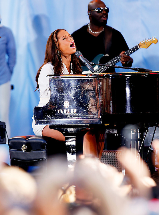 "NEW YORK - JUNE 25:  Singer Alicia Keys performs on ABC's ""Good Morning America"" at Rumsey Playfield, Central Park on June 25, 2010 in New York City.  (Photo by Joe Kohen/WireImage)"