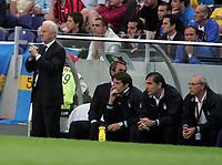 Fotball<br /> Euro 2004<br /> 18.06.2004<br /> Sverige v Italia 1-1<br /> Foto: Omega/SBI/Digitalsport<br /> NORWAY ONLY<br /> <br /> GIOVANNI TRAPATTONI SPIEGA I MOVIMENTI AI SUOI