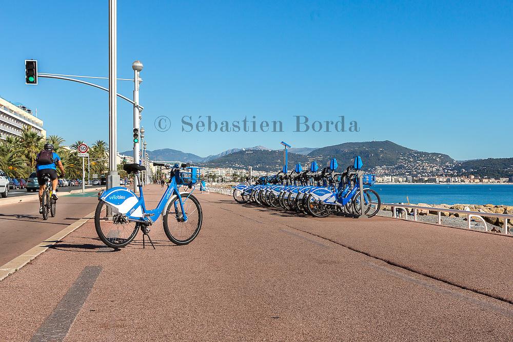 Vélo en libre service vélo bleu le long de la promenade des Anglais  // Self-service bike rent velo bleu on promenade des Anglais