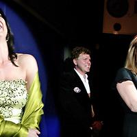 """Nederland,Amsterdam ,16 februari 2006.<br /> Schrijfster columnist Heleen van Royen, Ton van Royen en Linda de Mol tijdens de boekpresentatie van haar laatste roman """"de Ontsnapping"""" in Rain op Rembrandtplein.Blijdschap.Vrolijk.Lachen.Vreugde.BNNers.Bekende Nederlanders.Foto: Jean-Pierre Jans"""