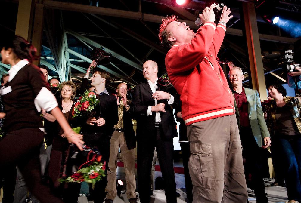 Nederland. Rottedam, 25 november 2007.<br /> De Socialistische Partij congresseert in de Van Nelle Ontwerpfabriek. De SP-leider Jan Marijnissen staat geemotioneerd op het podium tussen de gekozen bestuursleden en de zanger Bob Fosko tijdens de finale.<br /> Foto Martijn Beekman <br /> NIET VOOR TROUW, AD, TELEGRAAF, NRC EN HET PAROOL