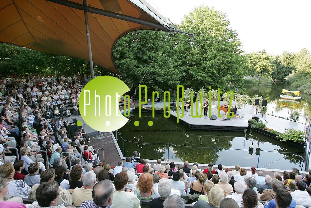 Mannheim. Luisenpark. Seeb&uuml;hne. Konzert mit JOANA Emetz<br /> (www.joana.de)<br /> Die neue CD - das neue Programm &bdquo;Kopfstand&ldquo;<br /> <br /> <br /> Da ist sie, JOANA, mit ihrem neuen Programm und ihrer neuen CD!<br /> Unbeirrt mit eigen-willigen STANDpunkten und un-verr&uuml;cktem KOPF.<br /> Klug, aber nicht kopflastig, standhaft, aber niemals starr.<br /> JOANA gelingt Tiefgang mit Leichtigkeit, einer lauten Zeit h&auml;lt sie leise T&ouml;ne entgegen.<br /> Konventionelles kontert sie mit Kabarettistischem.<br /> Da wird im Swimmingpool ein Hausreptil gehalten, dann verweilt die S&auml;ngerin kurz auf einem Colani-Hocker, l&auml;sst einen l&uuml;sternen Blick &uuml;ber Leoparden-Linnen schweifen, folgt einer strengen Alphadame in den Betablock - und landet in der H&uuml;ftkleingruppe.<br /> <br /> Aber es w&auml;re nicht JOANA, wenn sie nicht auch von irdischen Irrungen und Wirrungen abheben w&uuml;rde, ohne je abgehoben zu sein.<br /> <br /> Als h&auml;tte sie Fl&uuml;gel, tr&auml;umt sie sich nach blauen Fernen - man darf auf das Aufwachen gespannt sein&hellip;<br /> Die Spannbreite JOANAs und ihres neuen Programms ist weit: von der Erde (&bdquo;Ich bin die Mutter Kugel&ldquo;) bis zum Irgendwo (&bdquo;Wo Du jetzt bist&ldquo;).<br /> JOANAs Lieder machen Lust - auch auf Tomaten. Ein kleines Lied auf eine gro&szlig;e Frucht, heiter gew&uuml;rzt, auch das kann JOANA.<br /> Ein ganz neues Programm mit wieder neuen T&ouml;nen und Facetten, und trotzdem bleibt sich die Liedermacherin ganz treu, wenn sie z.B. Besserwessis und Jammerossis im vereinten Europa zusammen f&uuml;hrt (&bdquo;OstWestliches&ldquo;), oder liebevoll-ironisch ihre pf&auml;lzer-kurpf&auml;lzer Heimat hoch leben l&auml;sst (&bdquo;In der Heimat isses sch&auml;&auml;&ldquo;).<br /> Bild: Markus Pro&szlig;witz <br /> Bilder auch online abrufbar - Neue-/ und Archivbilder. www.masterpress.org