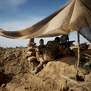 French Army men take defensive position in the outskirts of Markala, in preparation for an advance towards the northern city of Diabaly, under siege by islamist militants since the 14th of January.<br />
