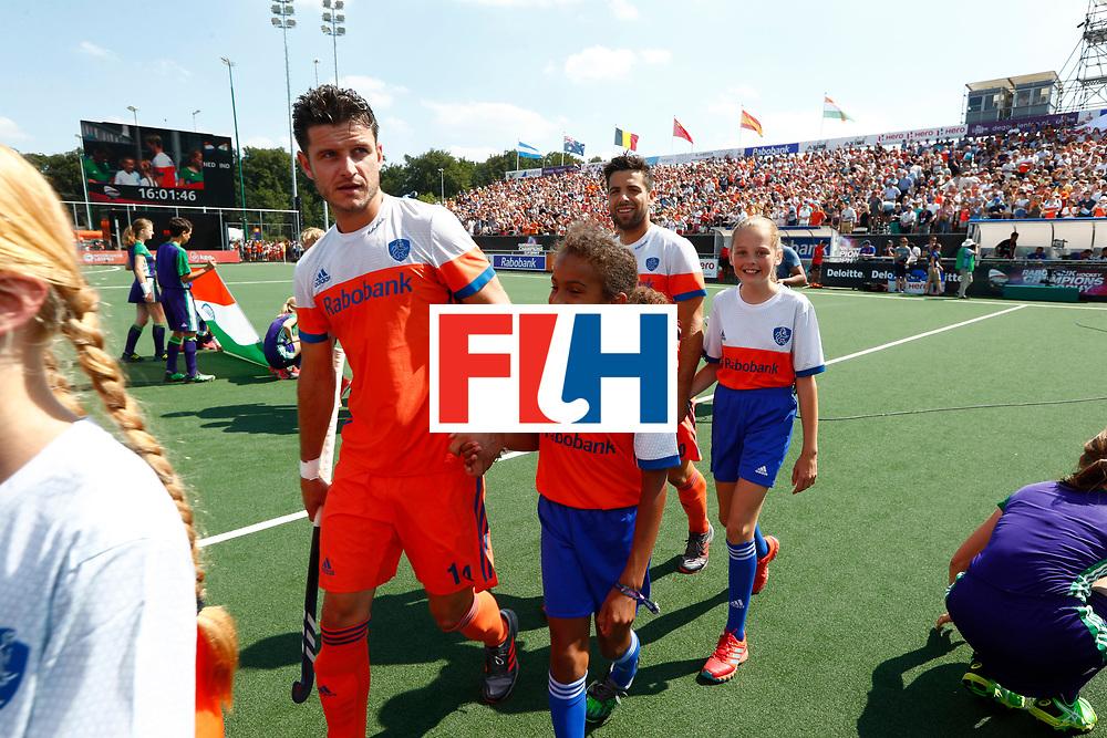 BREDA - Nederlands team betreedt het veld met mascottes  tijdens Nederland- India bij  de Hockey Champions Trophy.  COPYRIGHT KOEN SUYK