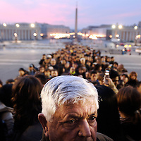 Vatican, 05 April 2005 <br /> Mourners walk to St. Peter's Basilica to pay respect to Pope John Paul II.<br /> Photo: Ezequiel Scagnetti