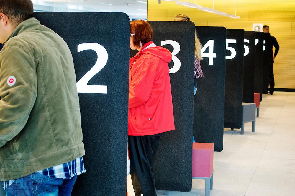 Bezoekers bij de balies van burgerzaken op het Stadskantoor Utrecht. In Utrecht is het nieuwe Stadskantoor in gebruik genomen. De verschillende gemeentelijke diensten die verspreid door Utrecht zaten komen allemaal in het Stadskantoor te zitten. Alleen de gemeenteraad, de trouwzaal en de wijkkantoren blijven op de oude locatie. Burgers moeten wel eerst een digitale afspraak hebben gemaakt voor ze gebruik kunnen maken van een dienst in het Stadskantoor. De ambtenaren hebben allemaal flexplekken.
