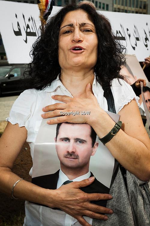 Brussel, Westraat thv Berlaymont en Justus Lipiusgebouw,2011-05-20: een groep Belgische Syriers demonstreerde vandaag voor de gebouwen van de Europese gemeenschap pro-Assad. Zij scandeerden leuzen tegen ingrijpen van Europa in hun Syrie, en droegen foto's bij zich van president Bashar al-Assad die in 2000 zijn vader opvolgde. vrouwen demonstreren gescheiden van de mannen.
