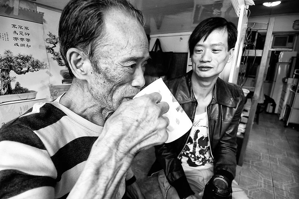 Alan, begin 30, homoseksueel, al 10 jaar HIV besmet en slikt dagelijks medicatie. Samen gingen we op pad in Hong Kong, met de bus en te voet. Op weg naar Mr. Lee, 81 jaar, ook al 10 jaar besmet en om die reden verlaten door vrouw en kinderen. Zijn flat is opgedeeld in hokjes en afgezet met schotten, zodat je er meer mensen in kwijt kan. Zoals Mr. Lee. .Alan breng Mr. Lee één keer in de week soep in een rode thermoskan. En behalve aan hem brengt hij de soep aan meer HIV patiënten. Sommigen zijn er slecht aan toe en liggen in het ziekenhuis, anderen kunnen dankzij goede medicatie redelijk functioneren. De medicatie die ze hier met subsidie krijgen is van goede kwaliteit. Daar is iedereen het over eens. Maar die pillen werken niet tegen een verstikkende eenzaamheid. En dus maakt Alan soep. Al tien jaar lang.