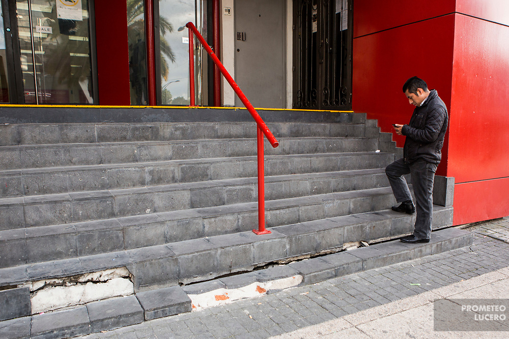 Un hombre espera su turno para entrar a un cajero automático en Avenida Juárez el 17 de octubre de 2017 // A man awaits his turn to enter a ATM in Juárez avenue on October 17th, 2017. (Prometeo Lucero)