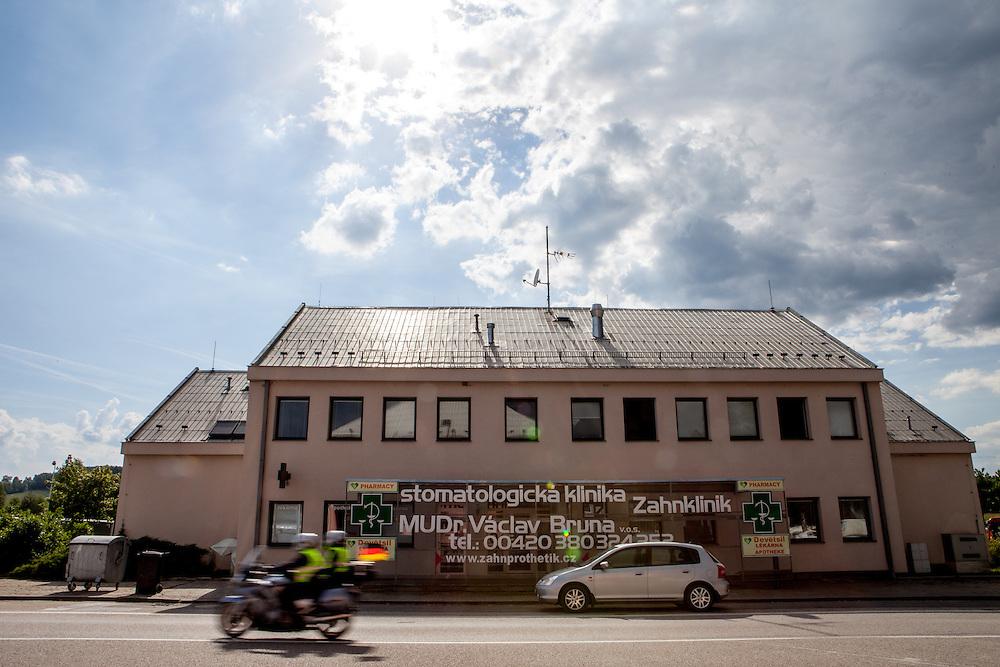 Vor der ehemaligen Grenzstation in Dolni Dvoriste - von 1955 bis 1989 lag der Ort am Eisernen Vorhang. Heutzutage ist die Zahnklinik von MUDr. Vaclav Bruna in dem Gebäude.