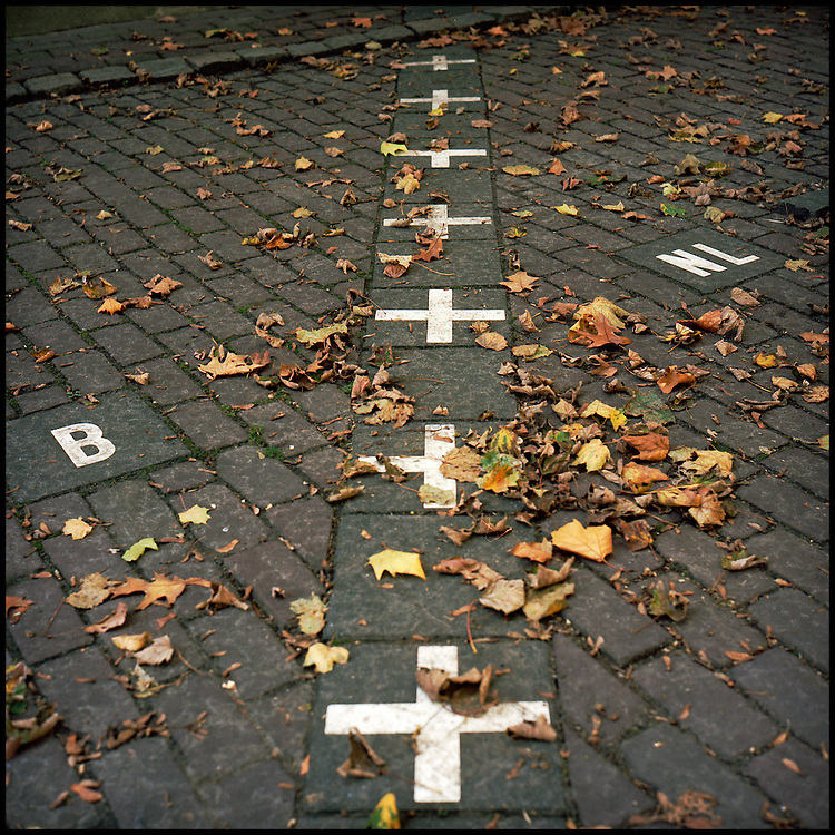 Le 21 octobre 2011, village de Baarle-Nassau/Baarle-Hertog, frontière Pays-Bas / Belgique. Vue de la frontière entre la Belgique et les Pays-Bas matérialisée par des croix au sol et coupant le village de Baarle en deux, Baarle-Nassau (NL) et Baarle-Hertog (B).