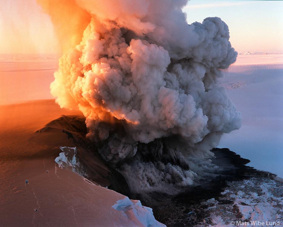 Grímsvötn, Vatnajökull, eldgos 19.12.98..Grimsvotn, Vatnajokull glacier, volcanic eruption. Aerial