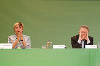 07 DEC 2002, BERLIN/GERMANY:<br /> Claudia Roth, MdB, B90/Gruene Bundesvorsitzende, und Fritz Kuhn, MdB, B90/Gruene Bundesvorsitzender, waehrend der Debatte zur Urabstimmung ueber eine Satzungsaenderung zur Vereinbarkeit von Amt und Mandat, Buendnis 90 / Die Gruenen Bundesdelegiertenkonferenz, Congress Centrum Hannover<br /> IMAGE: 20021207-01-100<br /> KEYWORDS: Green Party, party congress, Bündnis 90 / Die Grünen, Parteitag, BDK