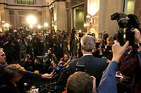 10 DEC 2003, BERLIN/GERMANY:<br /> Henning Scherf, SPD, 1. Buegermeister Bremen, gibt ein kurzes Pressestatement waehrend einer Unterbrechung der Sitzung des Vermittlungsausschusses, Bundesrat<br /> IMAGE: 20031210-01-054<br /> KEYWORDS: Journalist, Journalisten, Mikrofon, microphone, Kamera, Camera