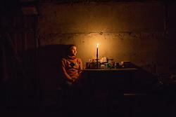 Ukraina<br /> <br /> Marina 14 år, bor i byn Spartak utanför Donetsk. Hon bor tillsammans med sin mamma i ett skyddsrum. Området beskjuts dagligen av granat eld. Hon drömmer om att bli kock. Det finns varken el eller vatten i källaren och mat får de laga utomhus.<br /> <br /> Photo: Niclas Hammarström
