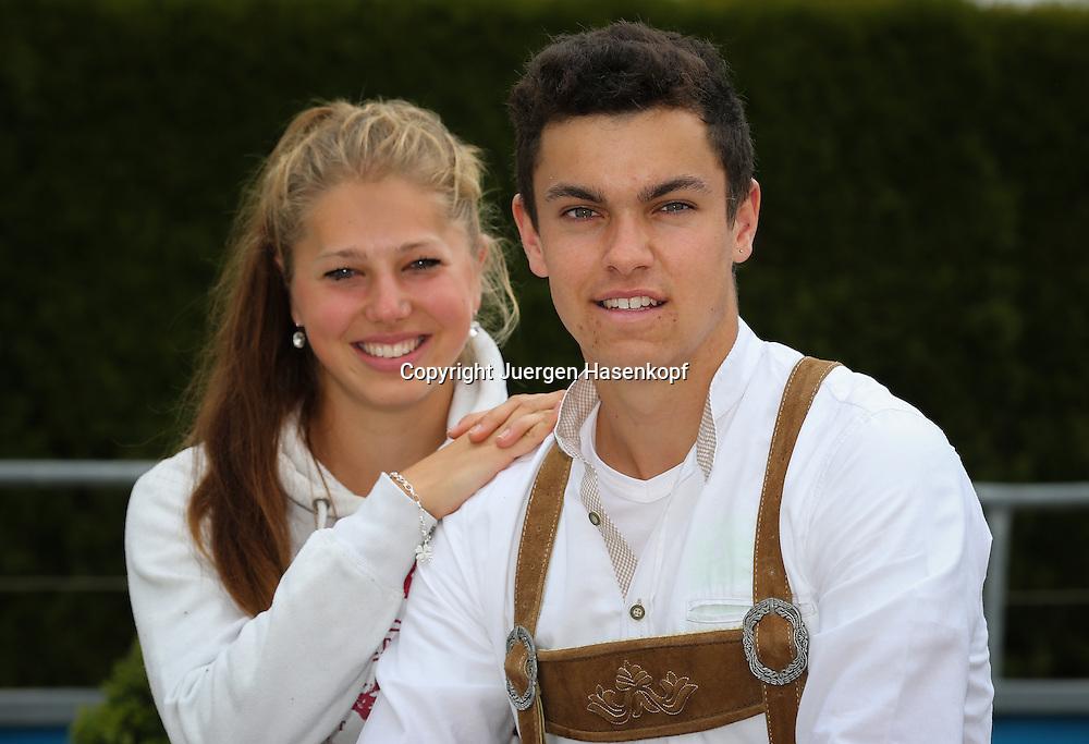 Tennis Profi Hannes Wagner (GER) in bayerischer Tracht, mit Freundin Sonja Larsen,Lederhose,<br /> Einzelbild,Halbkoerper,Querformat,privat,