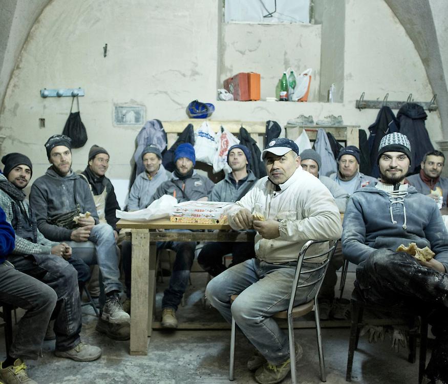 Operai di Altamura in pausa pranzo in un cantiere dell'Aquila<br /> <br /> Workers from Altamura on lunch break in the L'Aquila