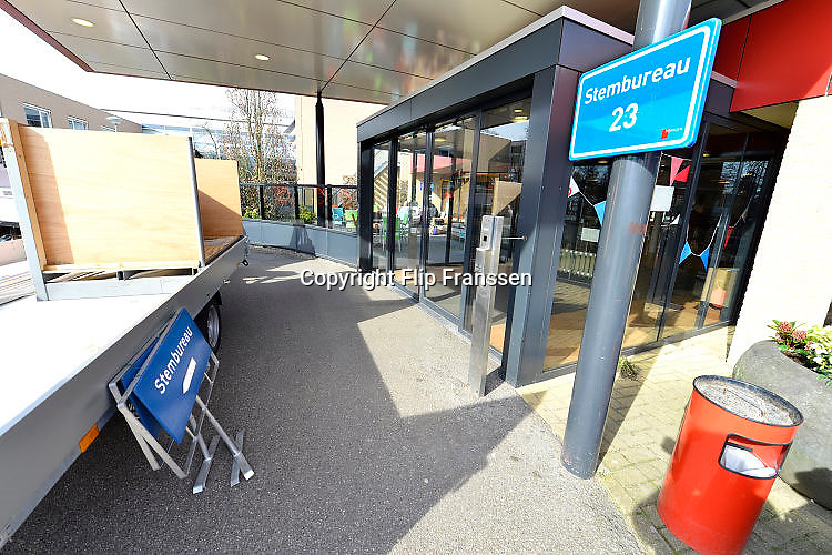 Nederland, Nijmegen, 14-3-2017Mederwerkers van de gemeentewerf van Nijmegen plaatsen stemhokjes op verschillende locaties waar stembureaus moeten komen. Verkiezingen voor de tweede kamer, parlement. Netherlands, general elections. Foto: Flip Franssen