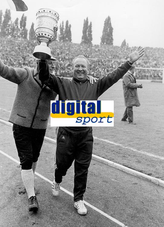 Fotball<br /> Bayern München<br /> Foto: Witters/Digitalsport<br /> NORWAY ONLY<br /> <br /> Trainer Zlatko CAJKOWSKI mit Pokal<br /> DFB-Pokal Finale <br /> FC Bayern München - Hamburger SV 4:0