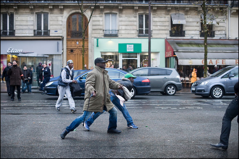 Les forces de l'ordre échouent à contenir les deux groupes de manifestants à bonne distance, les violences recommencent pendant quelques minutes alors que la circulation n'est toujours pas bloquée place de la République à Paris.
