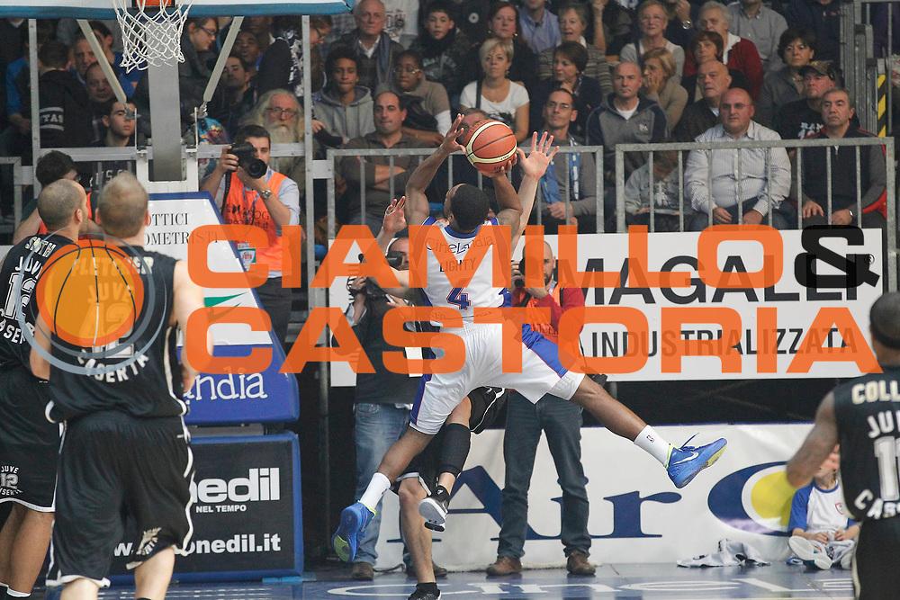 DESCRIZIONE : Cantu Campionato Lega A 2011-12 Bennet Cantu Pepsi Caserta<br /> GIOCATORE : David Lighty<br /> CATEGORIA : Tiro<br /> SQUADRA : Bennet Cantu<br /> EVENTO : Campionato Lega A 2011-2012<br /> GARA : Bennet Cantu Pepsi Caserta<br /> DATA : 20/11/2011<br /> SPORT : Pallacanestro<br /> AUTORE : Agenzia Ciamillo-Castoria/G.Cottini<br /> Galleria : Lega Basket A 2011-2012<br /> Fotonotizia : Cantu Campionato Lega A 2011-12 Bennet Cantu Pepsi Caserta<br /> Predefinita :