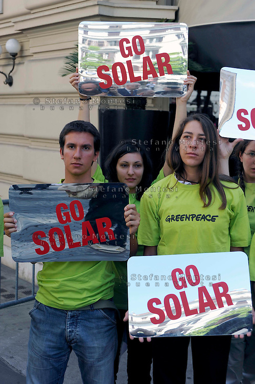 "Roma 25 Maggio 2009.Blitz di Greenpeace al G8 dell' Energia che si tiene al Hotel Excelsior in via Veneto,gli attivisti si sono presentati con 15  specchi che proiettano la luce riflessa del sole in uno specchio più grande è stato scritto ""Solar Revolution Now"".<br /> Activists of the environmental group Greenpeace hold banners reading 'Go Solar' during a demonstration in front of a hotel where a Group of eight (G8) Energy ministers' meeting takes place"