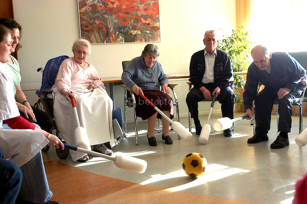 Ouderen gym en gezelschaps therapie...Elderly people during therapy...