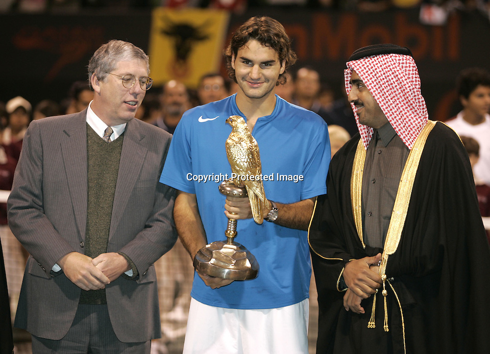 Qatar, Doha, ATP Tennis Turnier Qatar Open 2005, R-L. QTF Praesident Scheich Mohamed Bin Faleh Al-Thani ,Sieger Roger Federer(SUI), Praesident and General Manager of Exxon Mobil Qatar Inc., Wayne Harms, Siegerehrung, 08.01.2005,<br />Foto: Juergen Hasenkopf