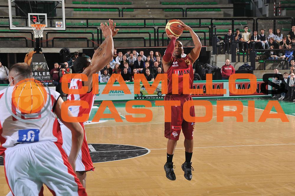 DESCRIZIONE : Treviso Lega A 2011-12 Umana Venezia Scavolini Siviglia Pesaro<br /> GIOCATORE : keydren clark<br /> CATEGORIA :  tiro<br /> SQUADRA : Umana Venezia Scavolini Siviglia Pesaro<br /> EVENTO : Campionato Lega A 2011-2012<br /> GARA : Umana Venezia Scavolini Siviglia Pesaro<br /> DATA : 26/02/2012<br /> SPORT : Pallacanestro<br /> AUTORE : Agenzia Ciamillo-Castoria/M.Gregolin<br /> Galleria : Lega Basket A 2011-2012<br /> Fotonotizia :  Treviso Lega A 2011-12 Umana Venezia Scavolini Siviglia Pesaro<br /> Predefinita :