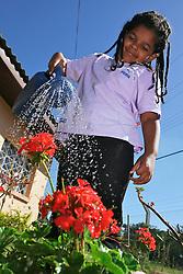 A menina Ana Paula (6) molha o jardim da associação de Moradores do Jardim Wenceslau Fontoura. FOTO: Jefferson Bernardes/Preview.com