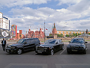 In der Nähe vom Roten Platz geparkte Luxuslimousinen im Zentrum der russischen Hauptstadt Moskau.<br /> <br /> Parked luxury cars close to Red Square in city center of the Russian metropolis Moscow.