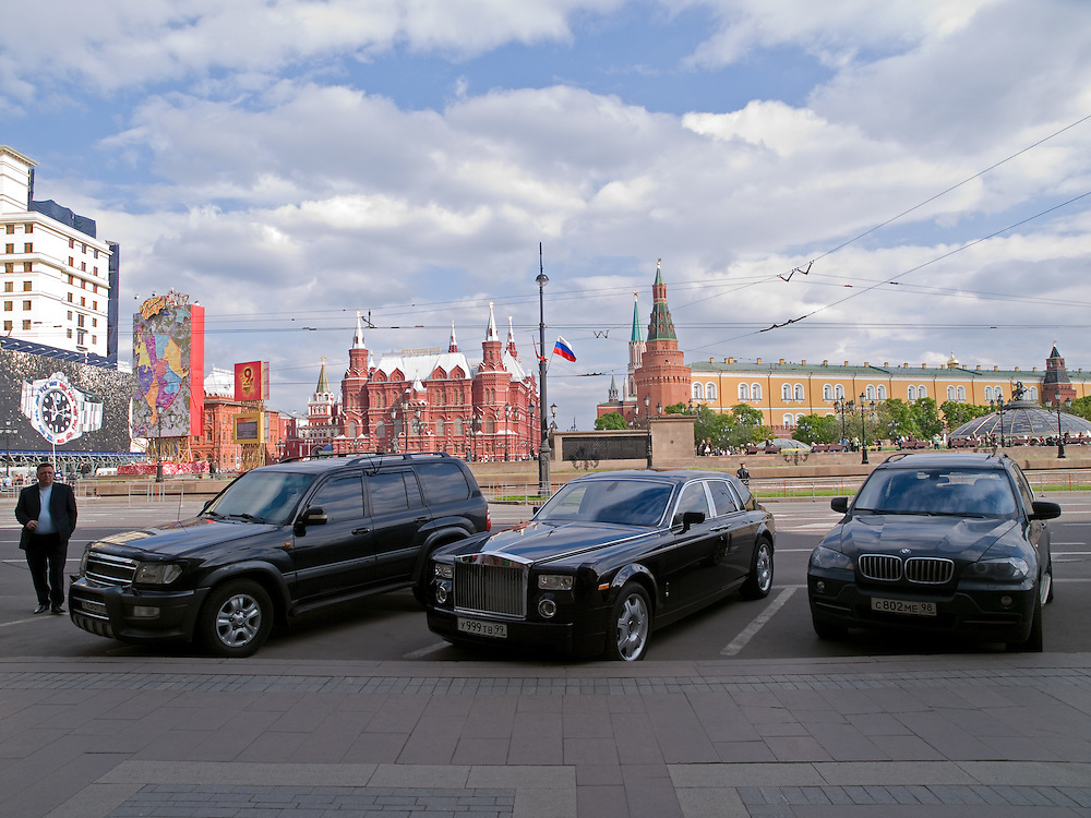 In der N&auml;he vom Roten Platz geparkte Luxuslimousinen im Zentrum der russischen Hauptstadt Moskau.<br /> <br /> Parked luxury cars close to Red Square in city center of the Russian metropolis Moscow.