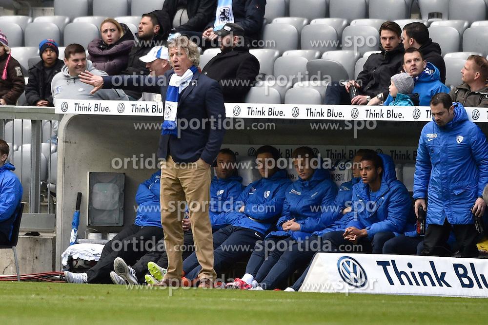 18.04.2015, Allianz Arena, M&uuml;nchen, GER, 2. FBL, TSV 1860 M&uuml;nchen vs VfL Bochum, 29. Runde, im Bild Gertjan Verbeek, Trainer, VfL Bochum, Handzeichen, // during the 2nd German Bundesliga 29th round match between TSV 1860 M&uuml;nchen vs VfL Bochum at the Allianz Arena in M&uuml;nchen, Germany on 2015/04/18. EXPA Pictures &copy; 2015, PhotoCredit: EXPA/ Eibner-Pressefoto/ Buthmann<br /> <br /> *****ATTENTION - OUT of GER*****