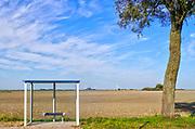 Nederland, Den Andel, 14-10-2018Landschap met leeg bushokje in het noordelijk kustgebied van Groningen . Veel dagjesmensen komen hier genieten van het weidse uitzicht .Foto: Flip Franssen