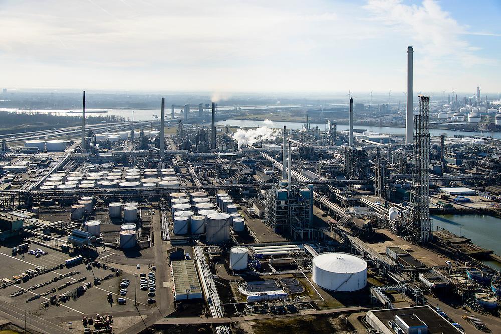 Nederland, Zuid-Holland, Rotterdam, 18-02-2015. Vondelingenplaat, Shell Pernis, de grootste raffinaderij van Europa. Op het terrein bevinden zich ook chemische fabrieken. Eerste Petroleumhaven.<br /> Shell Pernis, the largest refinery in Europe, the site includes several chemical plants.<br /> luchtfoto (toeslag op standard tarieven);<br /> aerial photo (additional fee required);<br /> copyright foto/photo Siebe Swart