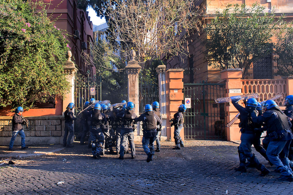 "Roma, 12 Dicembre  2014<br /> Sgomberato dalla polizia un edificio appena occupato dai movimenti di lotta per la casa in via Cesalpino. Lo spazio occupato  è un ""bene"" sequestrato alla 'ndrangheta  della  cosca di San Luca. La polizia entra nell'edificio occupato.<br /> Rome, December 12, 2014<br /> Vacated by police a building occupied by the movements of struggle for the house in via Cesalpino. The space occupied had been seized at the 'Ndrangheta clan of San Luca.The police enter the building occupied."