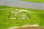 Nederland, Gelderland, Gemeente Lingewaard, 09-06-2016; Fort Pannerden, onderdeel van de Nieuwe Hollandse Waterlinie. Gelegen op de landtong van de Pannerdensche Kop, 'bewaakt' de splitsing van de Rijn in Waal en Neder-rijn (Pannerdensch Kanaal).<br /> Fort Pannerden, part of the New Dutch Waterline. Located on the headland of the Pannerdensche Head, 'guards' the division of the Rhine in river Waal and Lower Rhine (Pannerdensch Channel).<br /> luchtfoto (toeslag op standard tarieven);<br /> aerial photo (additional fee required);<br /> copyright foto/photo Siebe Swart