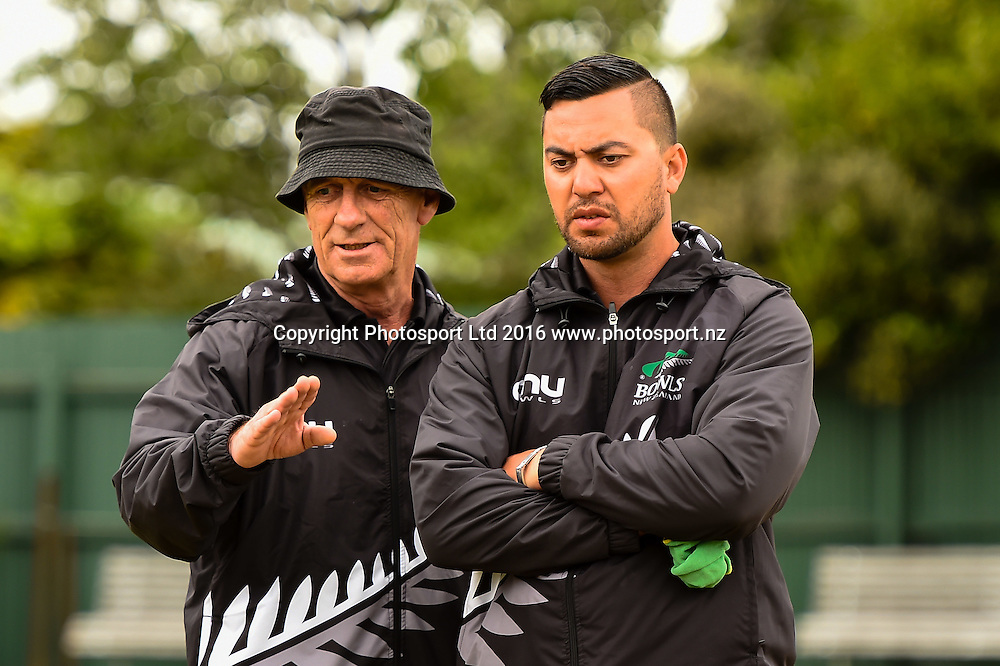 NZL pair of Mike Kernaghan and Shannon Mcilroy talk during the World Bowls Championships, Christchurch, New Zealand, 1st December 2016. © Copyright Photo: John Davidson / www.photosport.nz