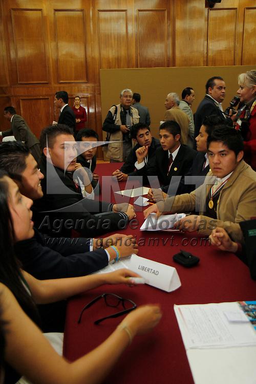 Toluca, Mex.- J&oacute;venes estudiantes durante su participaci&oacute;n en la segunda Legislatura Juvenil en donde trabajaron en comisiones debatiendo temas de interes general. Agencia MVT / Crisanta Espinosa. (DIGITAL)<br /> <br /> NO ARCHIVAR - NO ARCHIVE