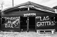 VISTA DE LA ENTRADA A UNO DE LOS TANTOS BURDELES EN LA ZONA DE MINERIA ILEGAL DE LA PAMPA. EL IMPACTO DE LA MINERIA ILEGAL EN EL PERU ES DE MAS DE 40,000 HECTAREAS DE BOSQUES DESTRUIDOS. <br /> LA CANTIDAD DE ORO ILEGALMENTE EXTRAIDO EN EL PERU, SUPERA LOS 1,300 MILLONES DE DOLARES AL A&Ntilde;O. ESTA ACTIVIDAD PRODUCE IMPACTOS NEGATIVOS A CUENCAS HIDROGRAFICAS ENTERAS Y MUCHOS DE LOS CASOS DE MANERA IRREMEDIABLE.