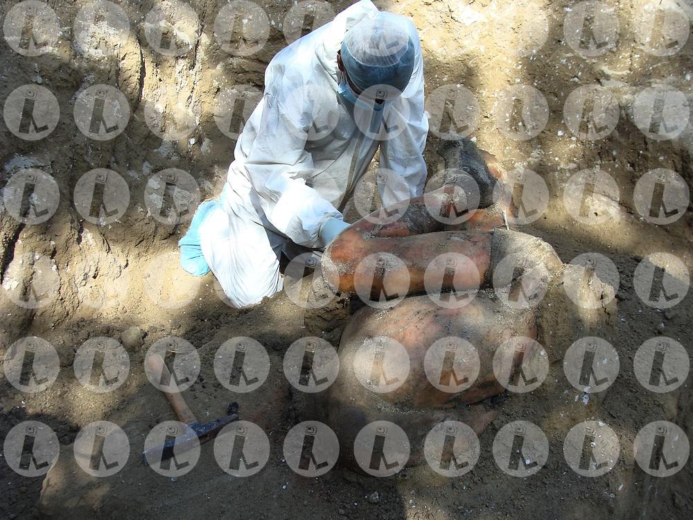 El ingeniero Israel Ticas descubre los restos pertenecientes Francisco Javier Pérez Fuentes, estudiante de la Academia Nacional de Seguridad Pública (ANSP) que fué asesinado por miembros de las pandillas en Soyapango El Salvador NOV, 2010 en cementerios clandestinos. (Photo: Salvador Sagastizado/Imagenes Libres