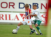 Fotball, Eliteserie, 25 juli 2004, Alfheim Stadion i Tromsø, TROMSØ IL - HAM KAM 0-3, Morten Gamst Pedersen TIL og Axel Smeets HAM KAM<br /> FOTO: KAJA BAARDSEN/DIGITALSPORT