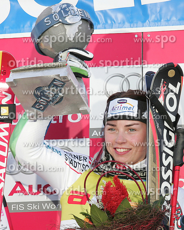SKI ALPIN: Weltcup, Damen, Riesenslalom, Soelden, 22.10.2005<br />Siegerin Tina MAZE (SLO) mit Pokal<br />&copy; pixathlon<br />AUSTRIA OUT !