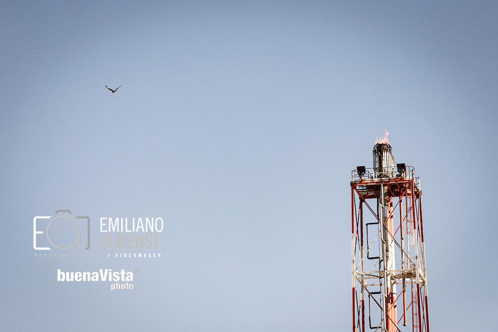 Viggiano, Basilicata, Italia, 31/03/2016<br /> La fiaccola del Centro Olio Val d'Agri di Viggiano. In situazioni di emergenza, speciali sistemi di sicurezza rilasciano il gas verso la torcia per evitare incendi o esplosioni.<br /> <br /> Viggiano, Basilicata, Italy, 31/03/2016<br /> The flare stack of the Eni Val d&rsquo;Agri Oil Center in Viggiano. In an emergency situation where equipment becomes over-pressured, special safety systems automatically release gas to flare stacks, to avoid fires and explosions of the plant
