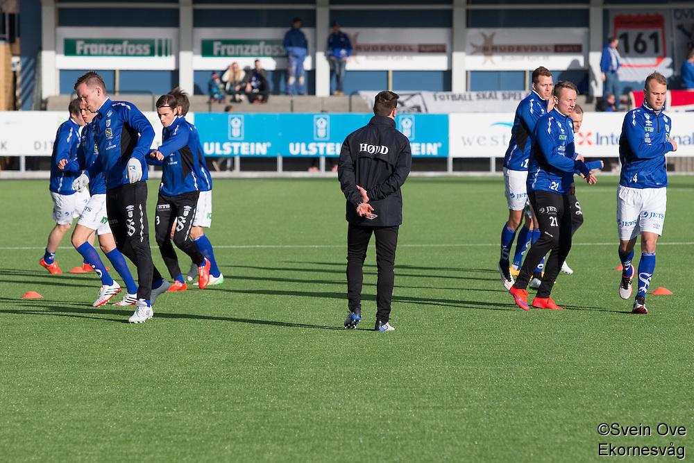 1. divisjon fotball 2015: Hødd - Fredrikstad. Høddspillerne varmer opp til førstedivisjonskampen mellom Hødd og Fredrikstad på Høddvoll.