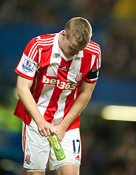 26.01.2014, Stamford Bridge, London, ENG, FA Cup, FC Chelsea vs Stoke City, 4. Runde, im Bild Stoke City's captain Ryan Shawcross winces, pain after being hit, the groin by the ball // during the English FA Cup 4th round match between Chelsea FC and Stoke City FC at the Stamford Bridge in London, Great Britain on 2014/01/26. EXPA Pictures © 2014, PhotoCredit: EXPA/ Propagandaphoto/ David Rawcliffe<br /> <br /> *****ATTENTION - OUT of ENG, GBR*****